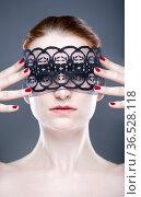 Schulterfreies Portrait einer jungen Frau, mit einer Maske aus schwarzer... Стоковое фото, фотограф Zoonar.com/Lars Patzek / easy Fotostock / Фотобанк Лори
