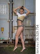 Junge Frau streift durch einsames Industriegelände und findet einen... Стоковое фото, фотограф Zoonar.com/Hans Eder / easy Fotostock / Фотобанк Лори