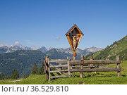 Das Wegkreuz auf dem Sattel zwischen Juifen und Demmeljoch im bayrischen... Стоковое фото, фотограф Zoonar.com/Eder Christa / easy Fotostock / Фотобанк Лори