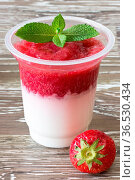 Joghurt mit Erdbeermus im Becher Yoghurt with strawberry mush in a cup. Стоковое фото, фотограф Zoonar.com/Heike Brauer / easy Fotostock / Фотобанк Лори