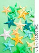 Bunte Papier Origami Sterne in Gruentoenen. Стоковое фото, фотограф Zoonar.com/Barbara Neveu / easy Fotostock / Фотобанк Лори