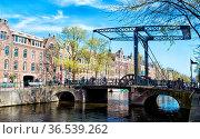 Historische Zugbrücke am Kloveniersburgwal in Amsterdam, Niederlande... Стоковое фото, фотограф Zoonar.com/Dirk Rueter / age Fotostock / Фотобанк Лори
