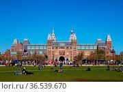 Rijksmuseum und Museumplein in Amsterdam, Niederlande im Frühling... Стоковое фото, фотограф Zoonar.com/Dirk Rueter / age Fotostock / Фотобанк Лори