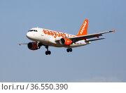 Image of aircraft of company EasyJet during landing (2020 год). Редакционное фото, фотограф Яков Филимонов / Фотобанк Лори