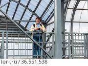 Женщина в пешеходном переходе через железнодорожные пути. Любань, Ленинградская область. Стоковое фото, фотограф Александр Щепин / Фотобанк Лори