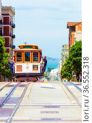 San Francisco, USA - May 19, 2016: Oncoming cable car is full of ... Стоковое фото, фотограф Zoonar.com/Pius Lee / age Fotostock / Фотобанк Лори