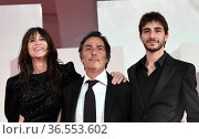 The director Yvan Attal (C) with wife Charlotte Gainsbourg and son... Редакционное фото, фотограф Maria Laura Antonelli / AGF/Maria Laura Antonelli / age Fotostock / Фотобанк Лори
