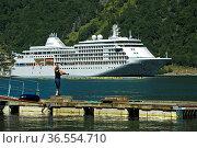 Angler am Geiringerfjord, hinten Kreuzfahrtschiff MS Silver Whisper... Стоковое фото, фотограф Zoonar.com/Pant / age Fotostock / Фотобанк Лори