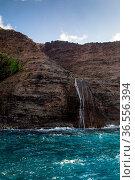 Wasserfall an der Na Pali Coast auf Kauai, Hawaii, USA. Waterfall... Стоковое фото, фотограф Zoonar.com/Dirk Rueter / easy Fotostock / Фотобанк Лори
