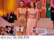 Da wußte sie noch nichts von ihrem Glück: v.li. die spätere Siegerin... Стоковое фото, фотограф Zoonar.com/Joachim Hahne / age Fotostock / Фотобанк Лори