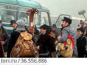 Ankunft mit dem historischen Bus an der Feldbergkirche: Wintersportler... Стоковое фото, фотограф Zoonar.com/Joachim Hahne / age Fotostock / Фотобанк Лори