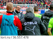 Kollektiver Jubel. Trainer Marco Kurz (Düsseldorf) freut sich mit... Стоковое фото, фотограф Zoonar.com/Joachim Hahne / age Fotostock / Фотобанк Лори