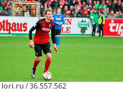 Immanuel Höhn (Freiburg) mit Ball, Fussball: 2.BL. - 15/16 - SC Freiburg... Стоковое фото, фотограф Zoonar.com/Joachim Hahne / age Fotostock / Фотобанк Лори