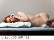 Nackte Frau im Bett liegend. Стоковое фото, фотограф Zoonar.com/Photographer: Bernd Juergens / easy Fotostock / Фотобанк Лори