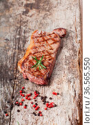 Steak vom Grill auf einem Holzbrett. Стоковое фото, фотограф Zoonar.com/Photographer: Bernd Juergens / easy Fotostock / Фотобанк Лори