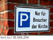 Parkplatz nur für Besucher der Kirche. Стоковое фото, фотограф Zoonar.com/Martina Berg / easy Fotostock / Фотобанк Лори