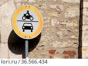 Einfahrt für Motorräder und PKW verboten. Стоковое фото, фотограф Zoonar.com/Martina Berg / easy Fotostock / Фотобанк Лори