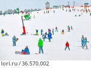 Das Skigebiet Seebuck am Feldberg. Im Hintergrund der Feldbergturm... Стоковое фото, фотограф Zoonar.com/Joachim Hahne / age Fotostock / Фотобанк Лори
