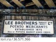 Puesto de venta de papas de Lee Brothers, Borough Market, London. (2017 год). Редакционное фото, фотограф Eduardo Dreizzen / age Fotostock / Фотобанк Лори