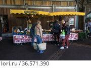 Puestos de venta de verduras y frutas en el Borough Market, Southwark... (2017 год). Редакционное фото, фотограф Eduardo Dreizzen / age Fotostock / Фотобанк Лори