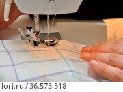Nähmaschine, händel, nähnadel, nadel, nähen, faden, näherin, handwerk... Стоковое фото, фотограф Zoonar.com/Volker Rauch / easy Fotostock / Фотобанк Лори