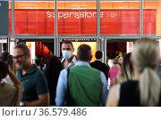 Supersalone, Salone del Mobile 2021, (Furniture Expo) visitors in... Редакционное фото, фотограф Claudia Greco / AGF/Claudia Greco / AGF / age Fotostock / Фотобанк Лори