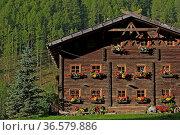 In Holzbauweise errichteter Bauernhof im Südtiroler Schnalstal. Стоковое фото, фотограф Zoonar.com/Christa Eder / age Fotostock / Фотобанк Лори