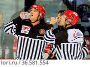 Auch ein Schiedsrichter hat mal Durst - DEL 15-16, 25. Sptg.: SERC... Стоковое фото, фотограф Zoonar.com/Joachim Hahne / age Fotostock / Фотобанк Лори