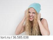 Portraitaufnahme einer jungen Frau mit langen blonden Haar und Strickmütze... Стоковое фото, фотограф Zoonar.com/Hans Eder / age Fotostock / Фотобанк Лори