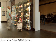 Sächsisches Industriemuseum Chemnitz, Besucher, Mann und Kind betrachten... Стоковое фото, фотограф Zoonar.com/C3455 Robert B. Fishman / age Fotostock / Фотобанк Лори