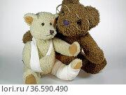 Kranker Teddy mit Freund. Стоковое фото, фотограф Zoonar.com/KramBam / easy Fotostock / Фотобанк Лори