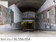 Einfahrt in eine Tiefgarage unterhalb einer Bahnstrecke in der Berliner... Стоковое фото, фотограф Zoonar.com/Karl Heinz Spremberg / age Fotostock / Фотобанк Лори
