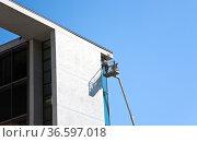 Handwerker bei der Arbeit an der Fassade eines Bürokomplexes im Berliner... Стоковое фото, фотограф Zoonar.com/Karl Heinz Spremberg / age Fotostock / Фотобанк Лори