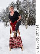 Ausgeflippte Seniorin geniesst mit ihrem Rodelschlitten einen einen... Стоковое фото, фотограф Zoonar.com/Eder Christa / age Fotostock / Фотобанк Лори