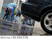 Fußgänger mit Regenschirm im Strassenverkehr. Стоковое фото, фотограф Zoonar.com/Karl Heinz Spremberg / easy Fotostock / Фотобанк Лори