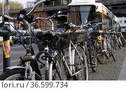 Strassenbahn und abgestellte Fahrräder in der Großstadt. Стоковое фото, фотограф Zoonar.com/Karl Heinz Spremberg / easy Fotostock / Фотобанк Лори