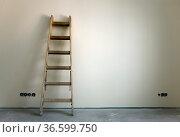 Holzleiter in einem frisch renoviertem Zimmer. Стоковое фото, фотограф Zoonar.com/Karl Heinz Spremberg / easy Fotostock / Фотобанк Лори