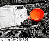 Diesel in einem Plastikkanister auf einem Schrottplatz. Стоковое фото, фотограф Zoonar.com/Karl Heinz Spremberg / easy Fotostock / Фотобанк Лори