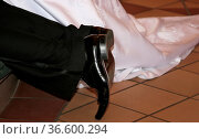Beine des Brautpaares beim Segen des Pastors in der Kirche. Стоковое фото, фотограф Zoonar.com/Karl Heinz Spremberg / easy Fotostock / Фотобанк Лори