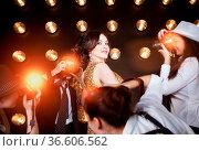 Superstar woman wearing golden shining dress posing to paparazzi. Стоковое фото, фотограф Zoonar.com/Dasha Petrenko / easy Fotostock / Фотобанк Лори
