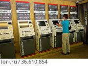Besucher kauft Eintrittskarten an den modernen Ticketautomaten am... Стоковое фото, фотограф Zoonar.com/Stan / age Fotostock / Фотобанк Лори