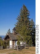 Kleine Bergkapelle auf der Neureuth in den Tegernseer Alpen. Стоковое фото, фотограф Zoonar.com/Eder Christa / age Fotostock / Фотобанк Лори