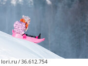 Kleines Mädchen in rosa Jacke und buntem Schild un drosa Schlitten... Стоковое фото, фотограф Zoonar.com/Kai Schirmer / age Fotostock / Фотобанк Лори
