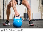 Close up of a muscular man lifting heavy kettlebell. High quality... Стоковое фото, фотограф David Herraez Calzada / easy Fotostock / Фотобанк Лори