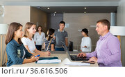 Friendly lawyer consulting his female clients. Стоковое фото, фотограф Яков Филимонов / Фотобанк Лори