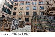 Paletten mit Baumaterial auf einem restaurierten Hinterhof in Berlins... Стоковое фото, фотограф Zoonar.com/Karl Heinz Spremberg / easy Fotostock / Фотобанк Лори