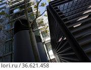 Klimaanlage mit Schutzgitter auf einem Hinterhof. Стоковое фото, фотограф Zoonar.com/Karl Heinz Spremberg / easy Fotostock / Фотобанк Лори