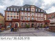 Гейдельберг, Германия. Фасад здания Ратуши (Rathaus) на Рыночной площади (Marktplatz) (2017 год). Редакционное фото, фотограф Rokhin Valery / Фотобанк Лори