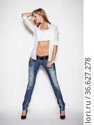 Junge Frau mit langen blonden Haaren posiert in Jeans und weisser... Стоковое фото, фотограф Zoonar.com/Hans Eder / age Fotostock / Фотобанк Лори