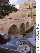 Maler malt das Stadttor von Mdina, Malta, Foto: Robert B. Fishman... Стоковое фото, фотограф Zoonar.com/Robert B. Fishman / age Fotostock / Фотобанк Лори